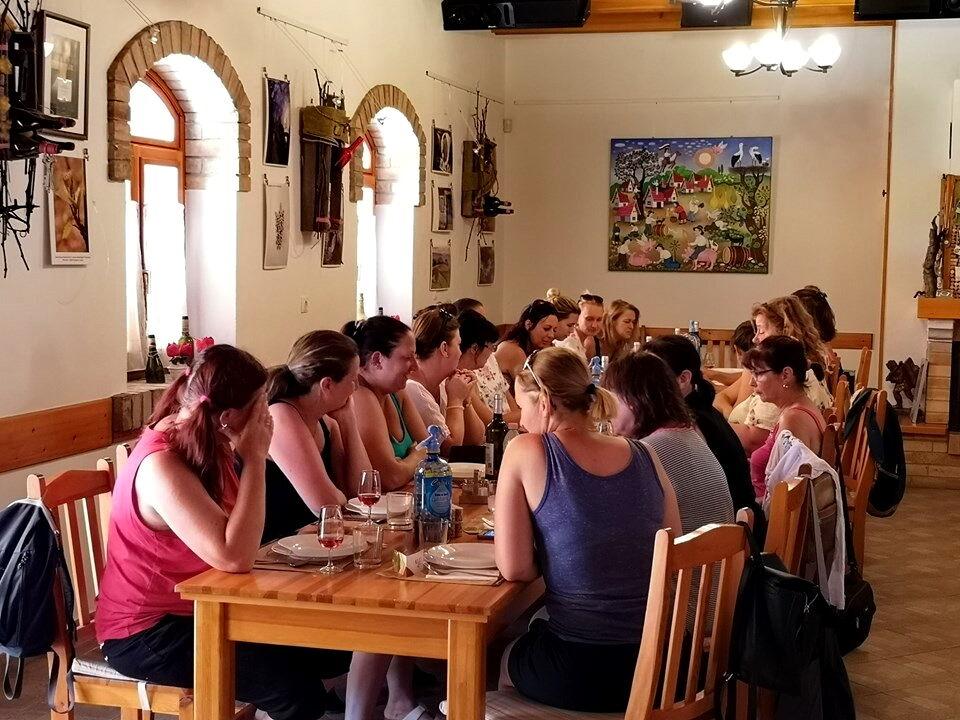 Megfáradt csámborgó csapat étkezés előtt borozás közben