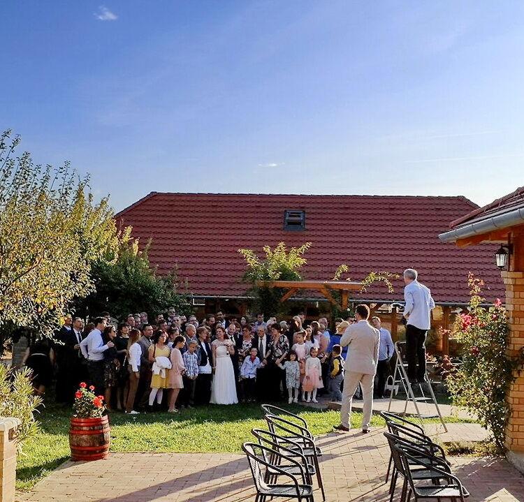 Kültéri esküvői fotó