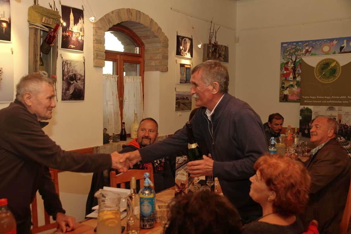 KultPince, borrendi gratuláció Berki Istvánnak